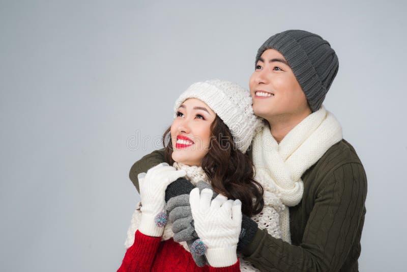 亚洲家庭夫妇的明亮的图片在一个冬天穿衣 免版税库存照片
