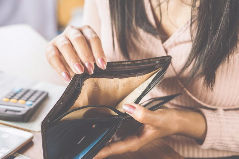 亚洲寻找金钱的妇女手开放空的钱包 免版税库存照片