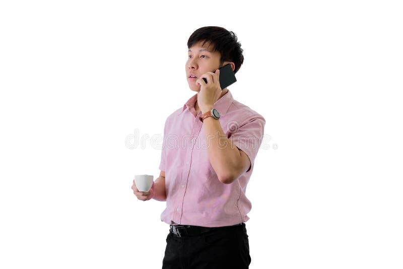 亚洲年轻商人在wihte背景有的常设和谈的电话与繁忙一起使用在隔绝 免版税图库摄影
