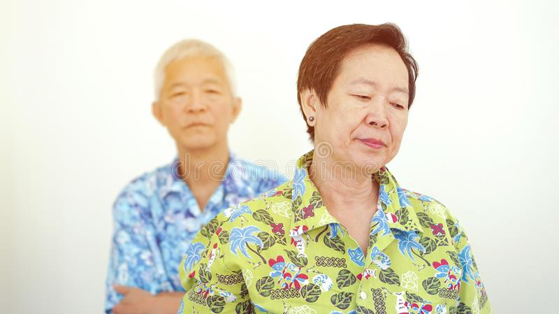 亚洲年长夫妇不快乐的战斗,当在旅行退休tr时 库存照片