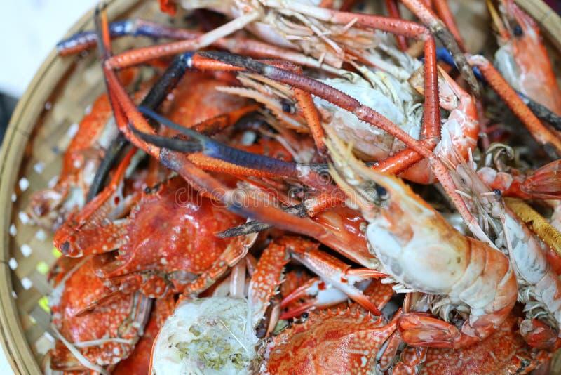 亚洲式烤食物、海鲜盘、虾和螃蟹味道,开胃,立即可食的盘 图库摄影