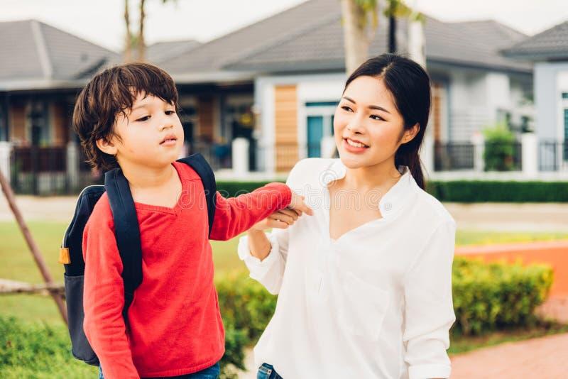 亚洲愉快母亲和儿童男孩使用室外 免版税库存照片