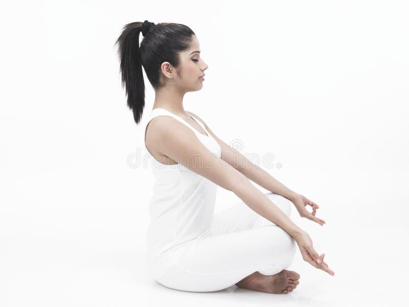 亚洲执行的女子瑜伽 图库摄影