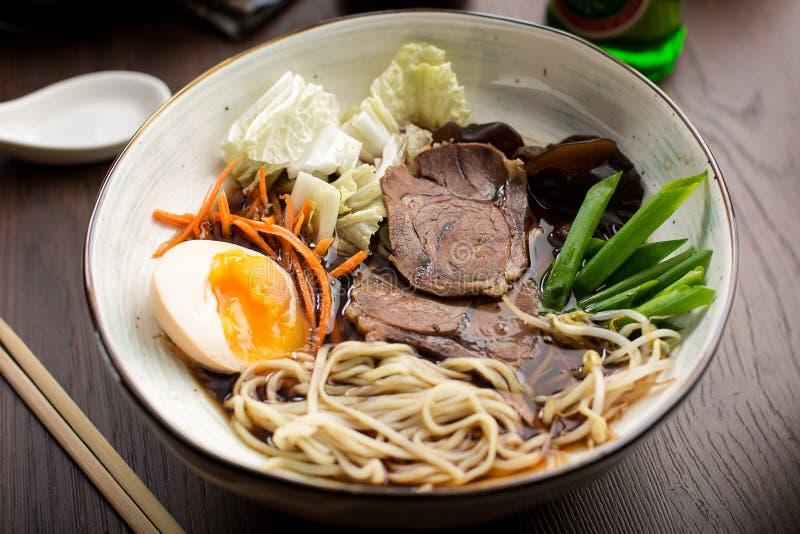 亚洲拉面用牛肉和面条在餐馆 库存照片