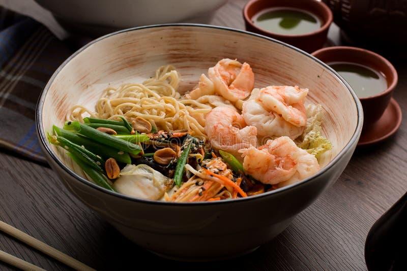 亚洲拉面用虾和面条在餐馆 免版税库存图片