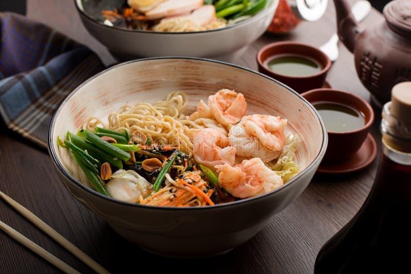 亚洲拉面用虾和面条在餐馆 免版税库存照片