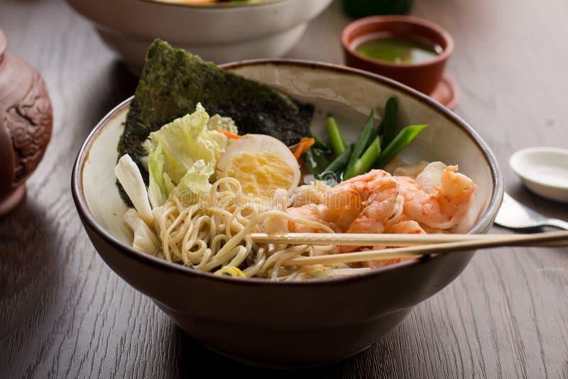 亚洲拉面用虾和面条在餐馆 图库摄影