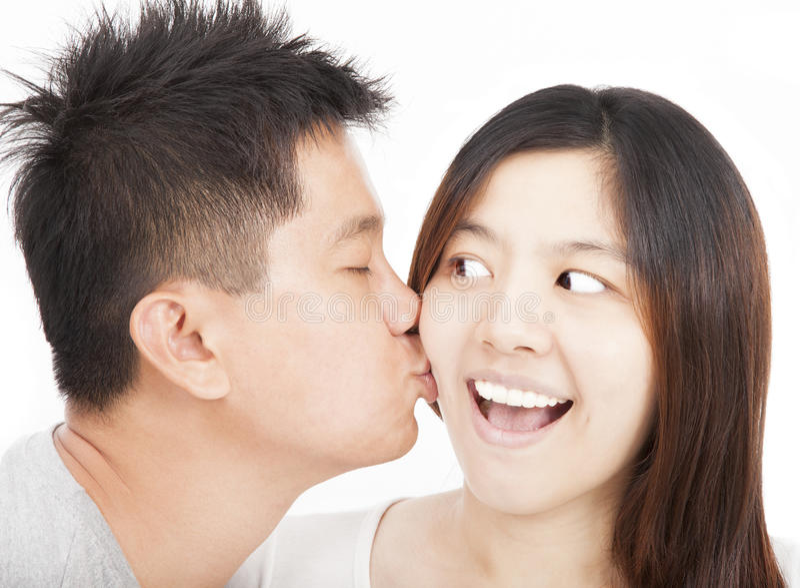 亚洲新夫妇亲吻 图库摄影