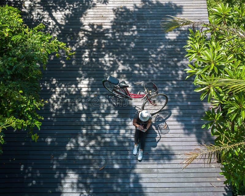 亚洲旅客假日放松与自行车在自然公园 免版税库存图片