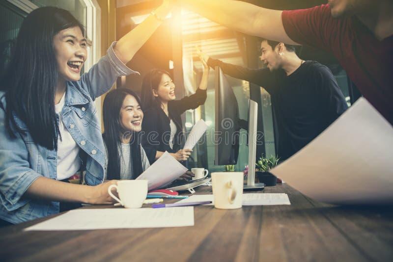 亚洲更加年轻的自由职业者的配合工作成功的幸福emot 免版税库存图片