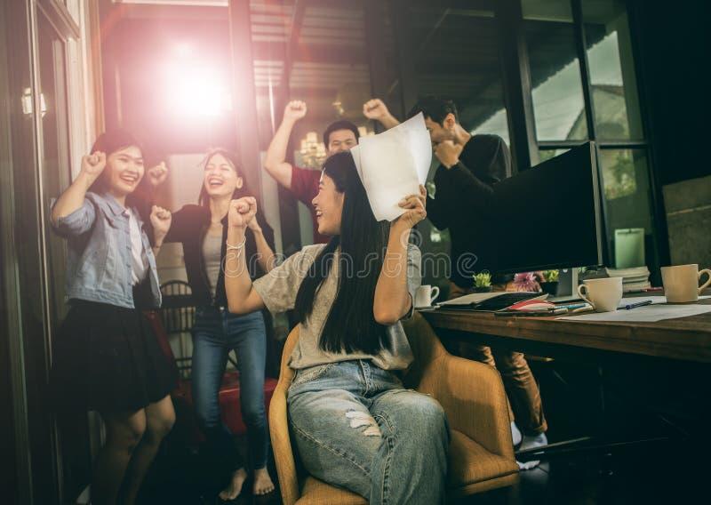 亚洲更加年轻的自由职业者的配合工作成功的幸福emot 库存照片