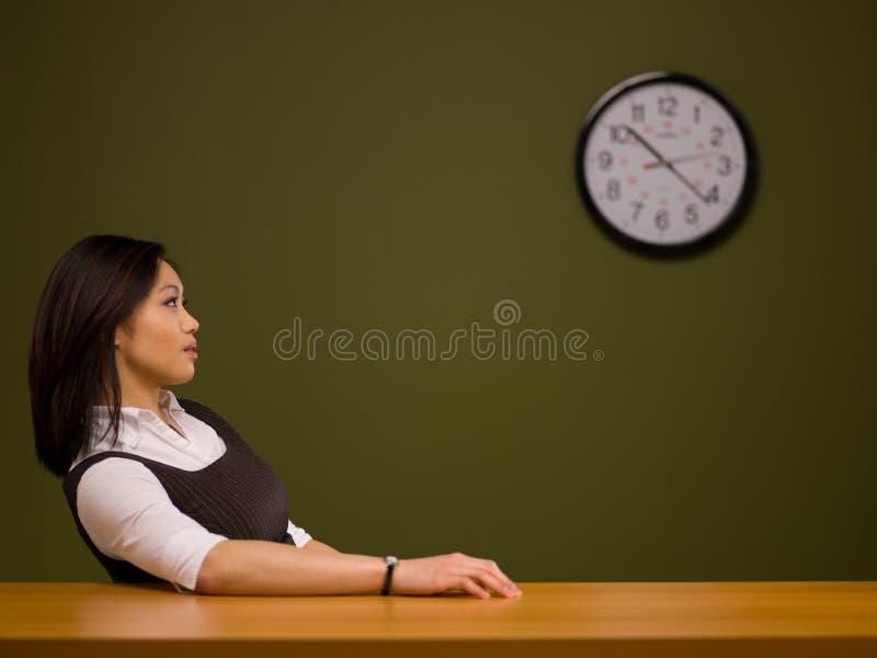 亚洲服务台坐的妇女 图库摄影