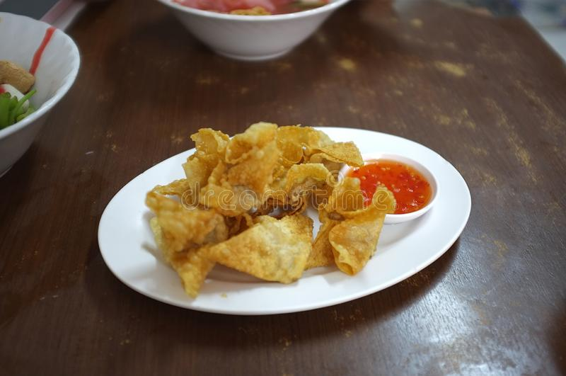 亚洲样式食物开胃菜油炸了馄饨或饺子 图库摄影