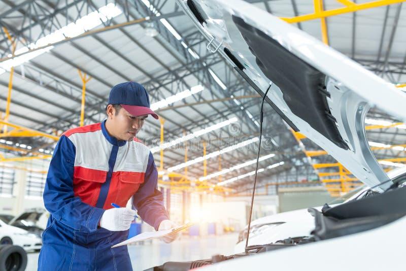 亚洲汽车修理师详细的车检查 自动服务中心题材,汽车服务中心 免版税图库摄影