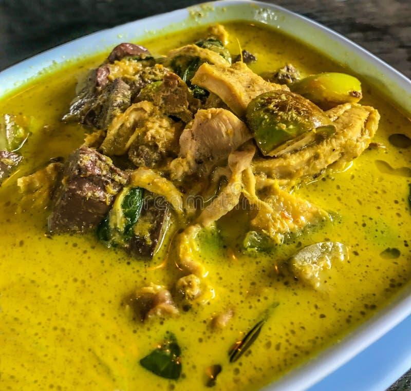 亚洲泰国食物、帮会Keow苍白盖氏或与鸡的泰国绿色咖喱在桌背景的碗 库存照片
