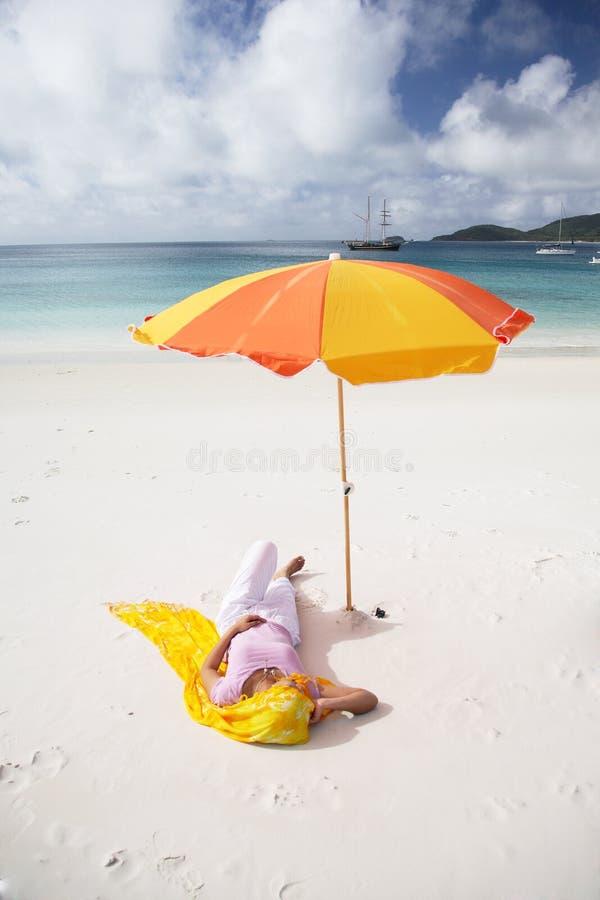 亚洲海滩休眠的妇女 免版税图库摄影