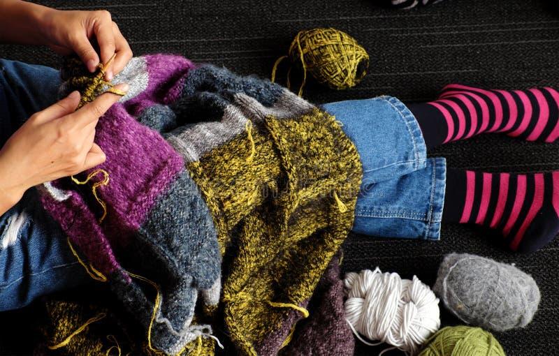 亚洲温暖的妇女编织羊毛毯子从顶视图在天 免版税库存照片
