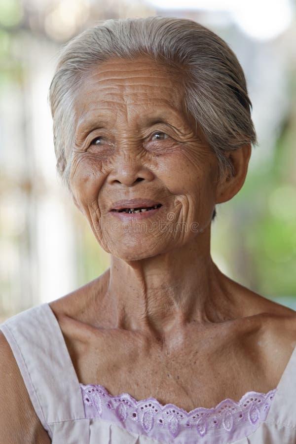 亚洲灰白头发的老纵向妇女 免版税图库摄影