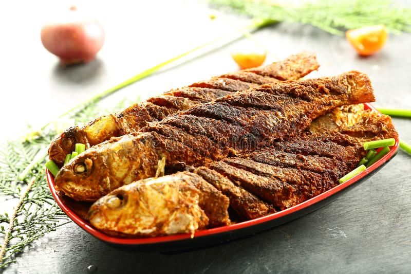 亚洲烹调,烤鱼用异乎寻常的香料 库存图片