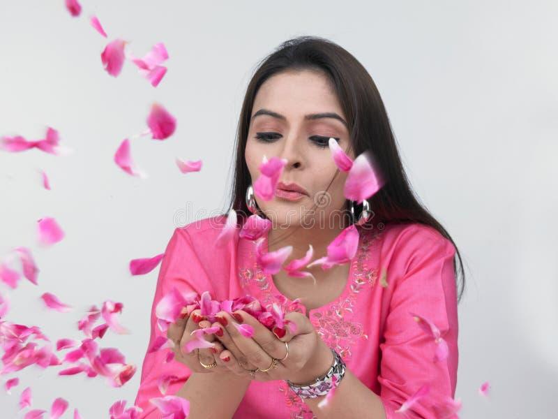 亚洲瓣玫瑰色妇女 免版税库存图片