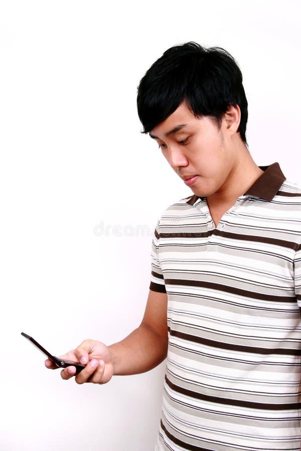 亚洲电话联系的年轻人 免版税图库摄影