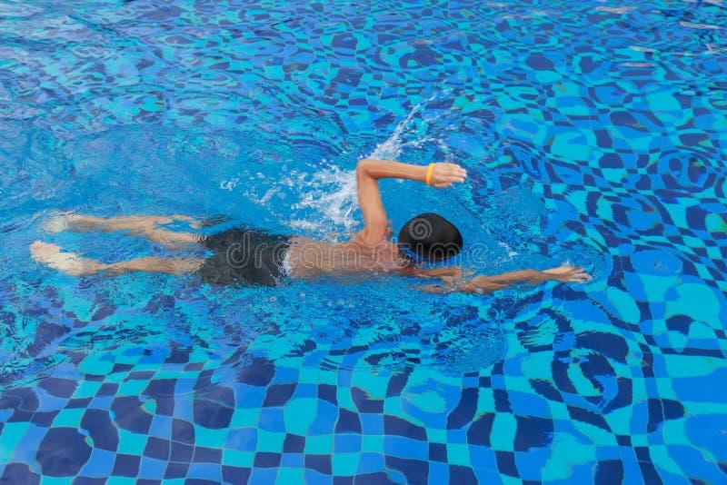 亚洲男孩游泳 库存照片
