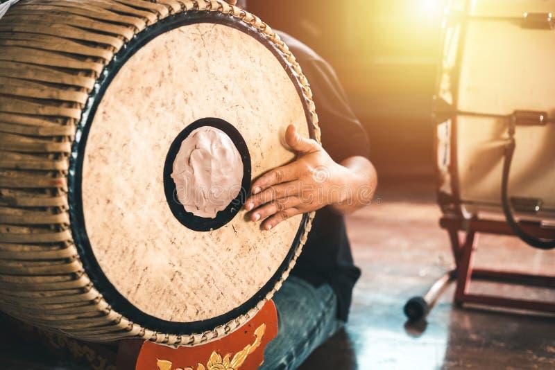 亚洲男性击中一个两面鼓做音乐 免版税库存图片