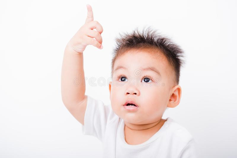 亚洲画象愉快的儿童男孩1年6个月指向  免版税库存照片