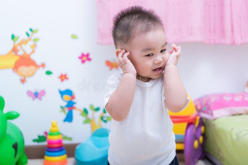 亚洲画象逗人喜爱的儿童男孩和那里是在后面的玩具 免版税库存照片