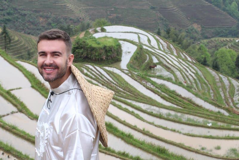 亚洲米大阳台的英俊的白种人游人 免版税库存照片