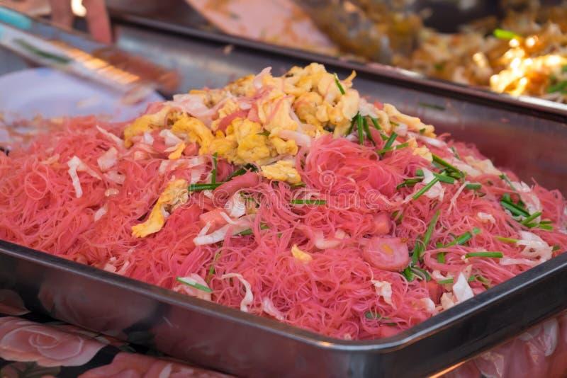 亚洲红色油煎了与菜和鸡蛋的面条 在市场上的销售在泰国 免版税库存图片