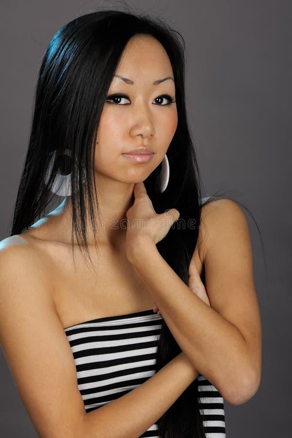 亚洲美丽的头发她的暂挂妇女 库存图片