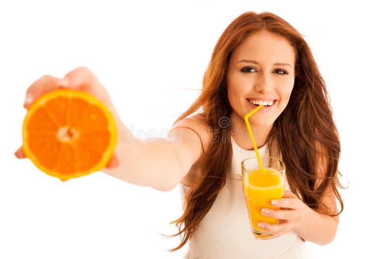 亚洲美丽的白种人饮用的汁液混合模型橙色桔子赛跑显示微笑的妇女年轻人 年轻好漂亮的东西或人 免版税库存照片