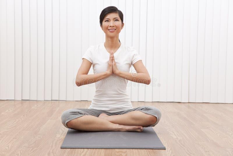 亚洲美好的中国位置女子瑜伽 库存照片