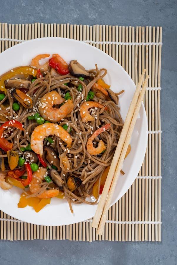 亚洲荞麦面条板材用海鲜和菜 库存照片