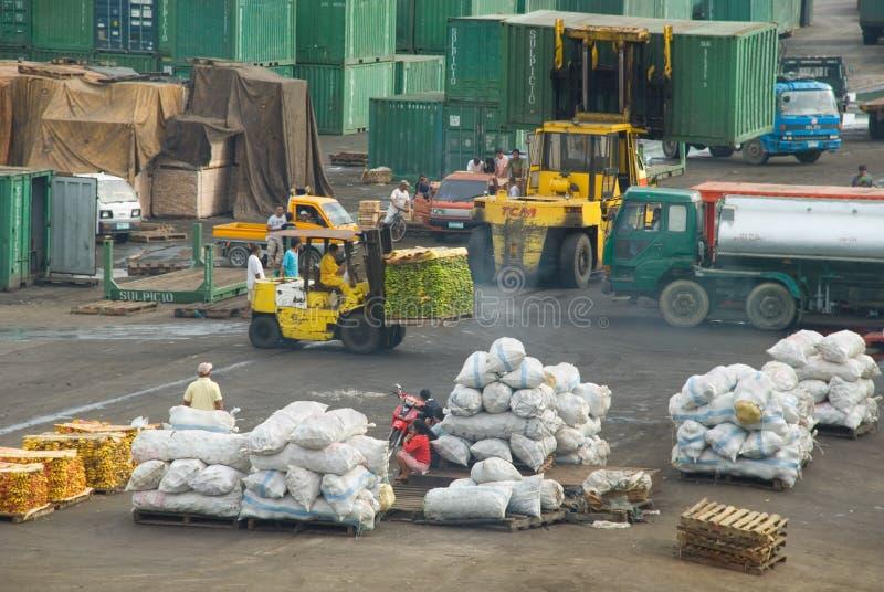 亚洲货物码头工人装货港口 免版税库存图片