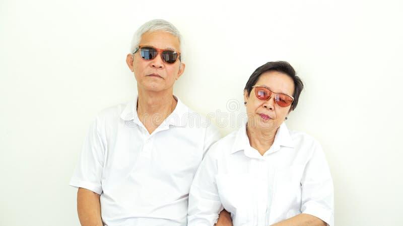 亚洲资深与问题姿态表示的夫妇不快乐的恼怒的成交 免版税图库摄影