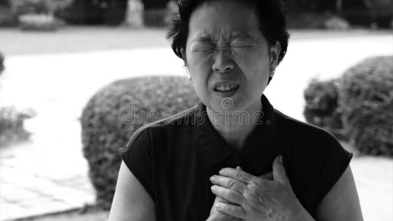 亚洲资深妇女胸口痛心脏攻击冲程医疗保健 库存照片