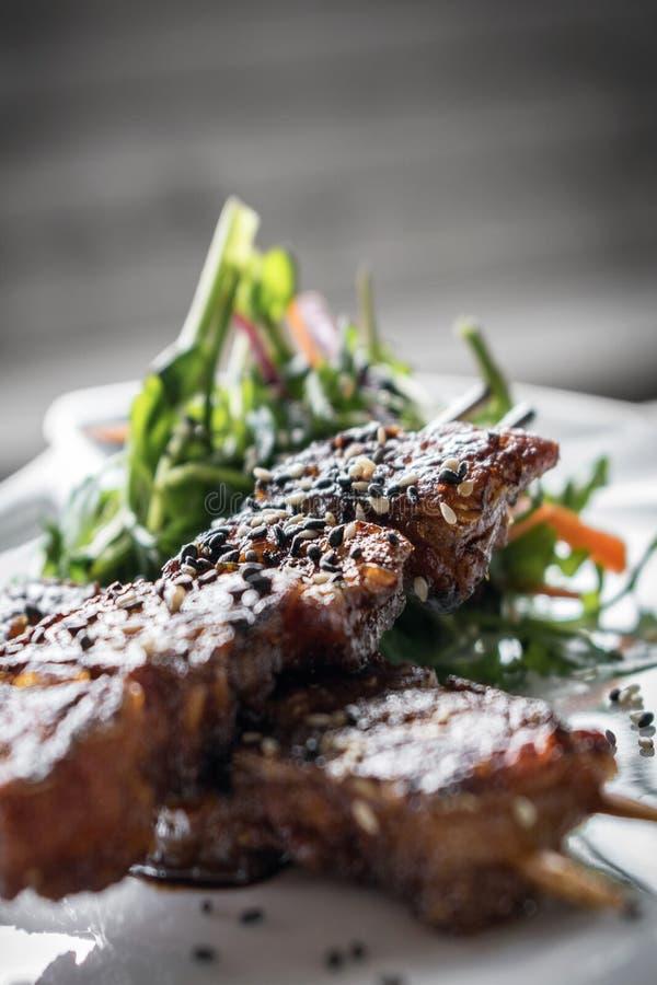亚洲辣甜大豆和芝麻烤了bbq猪肉串 库存照片