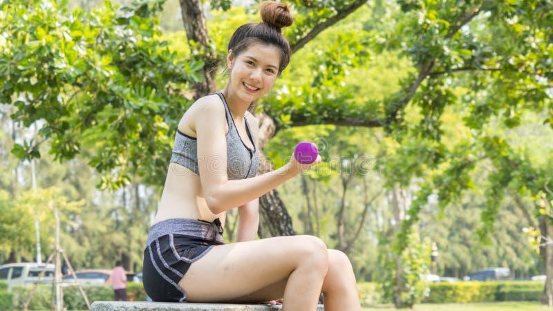 亚洲逗人喜爱的健康适合和牢固的亭亭玉立的女孩青少年愉快对坐 库存图片