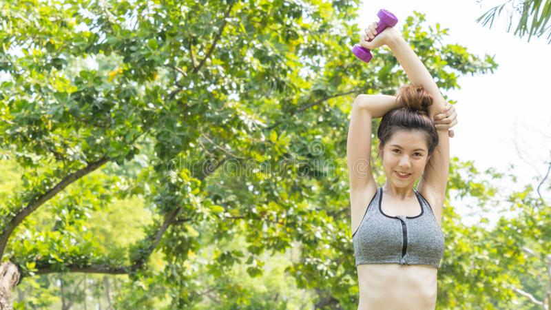 亚洲逗人喜爱的健康适合和牢固的亭亭玉立的青少年的夫人愉快对站立 图库摄影