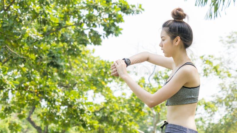 亚洲逗人喜爱的健康适合和牢固的亭亭玉立的青少年的夫人看聪明 免版税库存照片