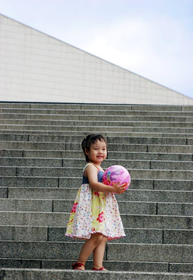 亚洲逗人喜爱的女孩步骤 免版税库存照片