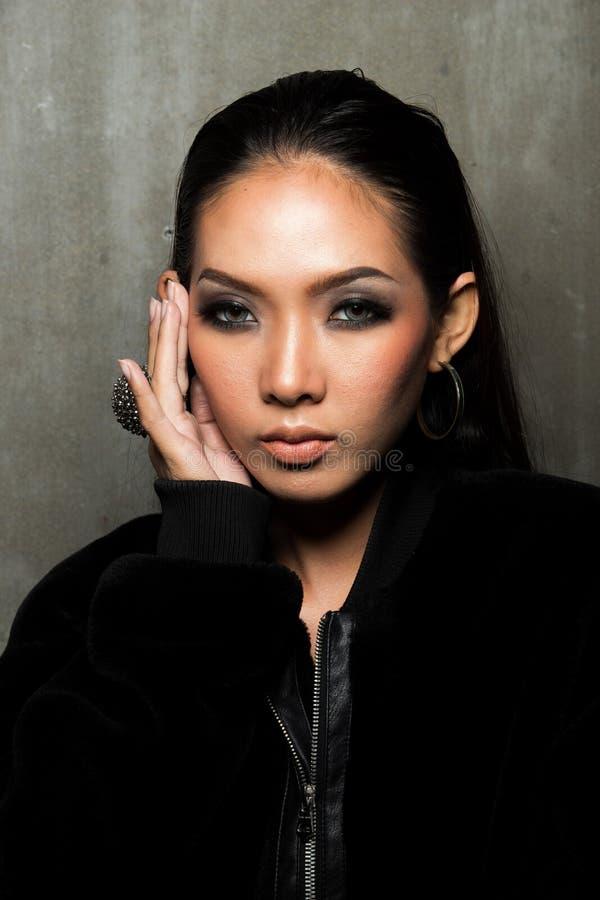 亚洲长的黑色头发棕褐色的皮肤妇女毛皮礼服 免版税库存照片