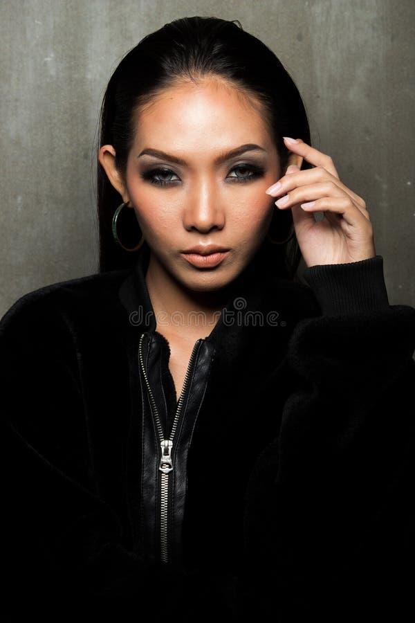 亚洲长的黑色头发棕褐色的皮肤妇女毛皮礼服 库存照片