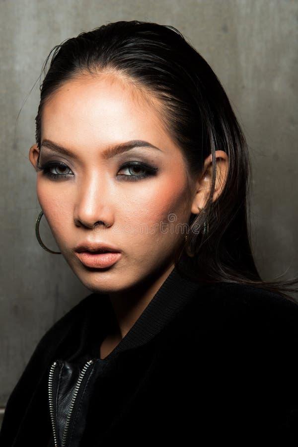 亚洲长的黑色头发棕褐色的皮肤妇女毛皮礼服 库存图片
