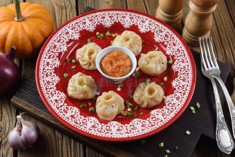 亚洲食物炒饭传统蔬菜 尼泊尔饺子momo用咖喱汁 免版税库存图片