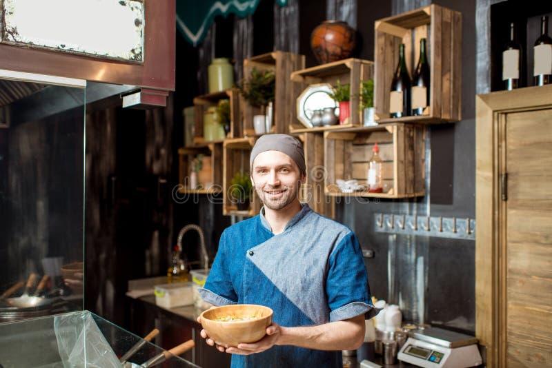 亚洲餐馆厨房的首席厨师 图库摄影