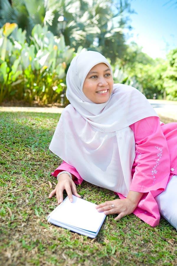 亚洲马来的回教妇女读取 免版税库存照片