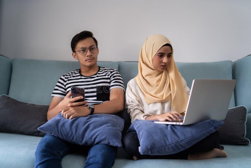 亚洲马来的有箱子的夫妇移动的房子 库存照片